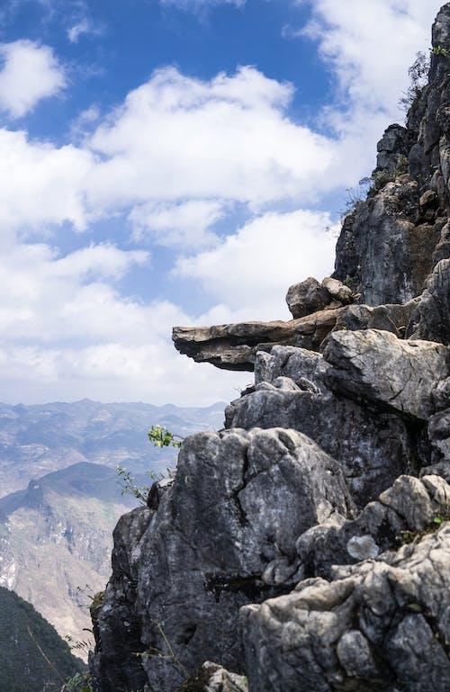 Fotobanka sbezplatnými fotkami na tému cestovať, horské skaly, liezť, modrá obloha