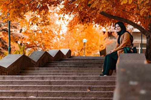 Darmowe zdjęcie z galerii z dziewczyna, jesień, jesienne kolory, jesienne liście