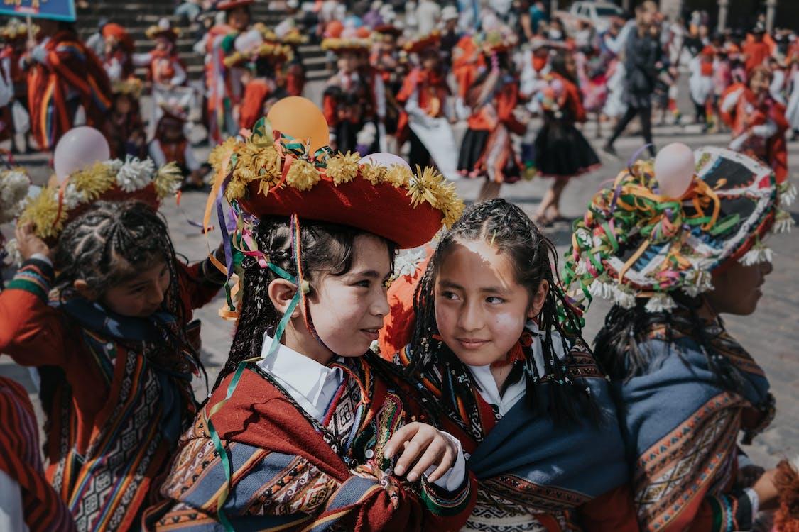 Gadis Dalam Pakaian Aneka Warna