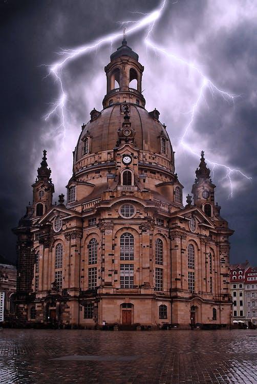 مبنى خرساني بيج تحت السحب والإضاءة الرمادية