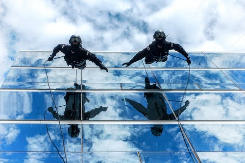 Darmowe zdjęcie z galerii z budynek, chmury, liny, mężczyźni