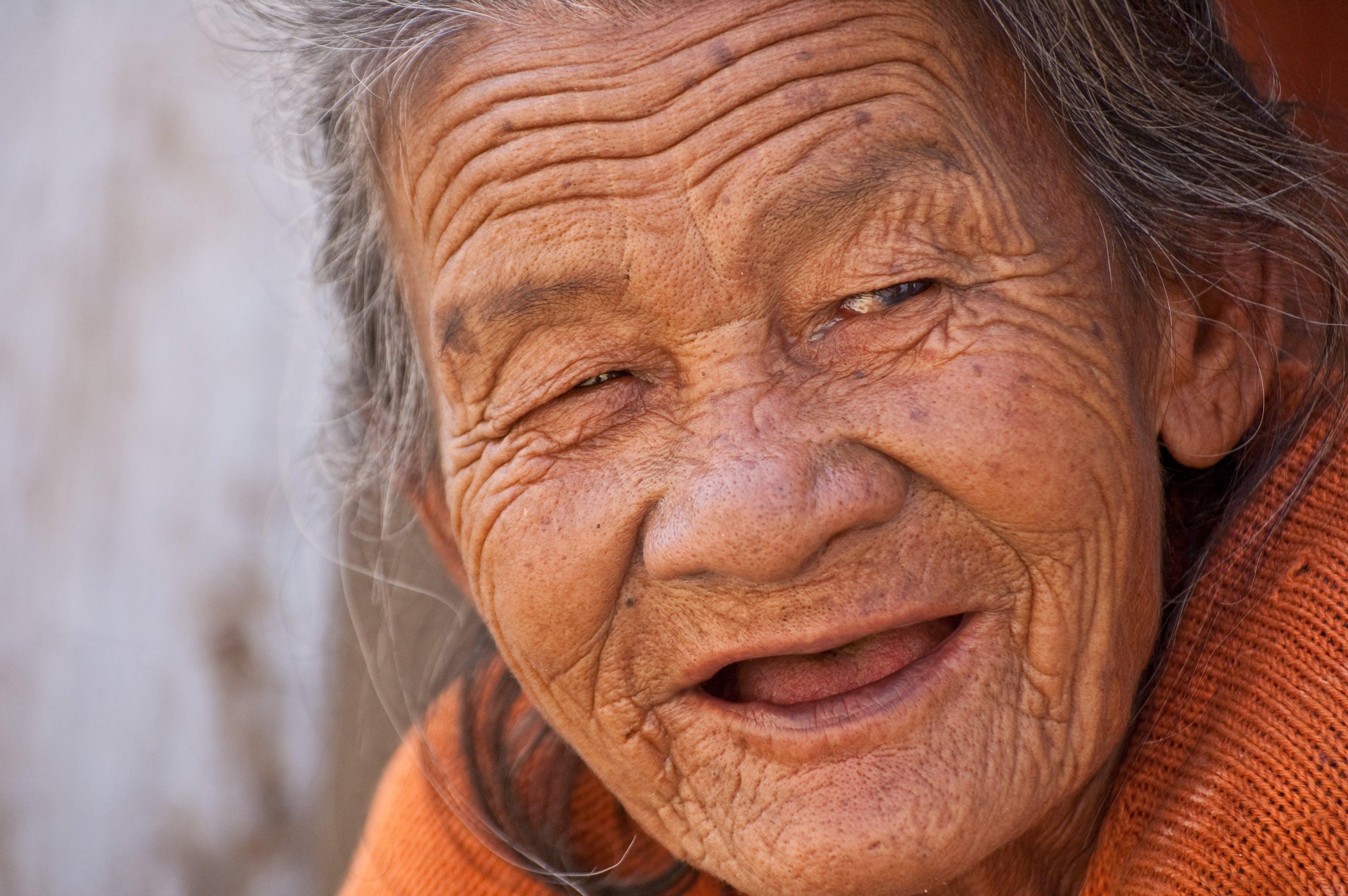 Kostnadsfri bild av kvinna, leende, mormor, person