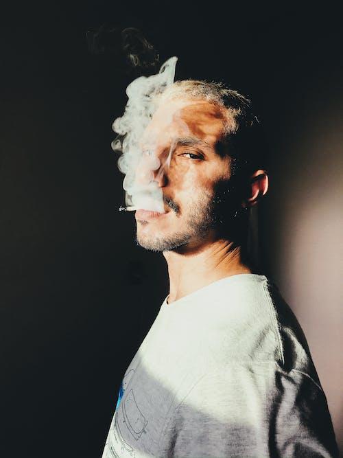 Ảnh lưu trữ miễn phí về áo màu xám, Đàn ông, hút thuốc, hút thuốc lá