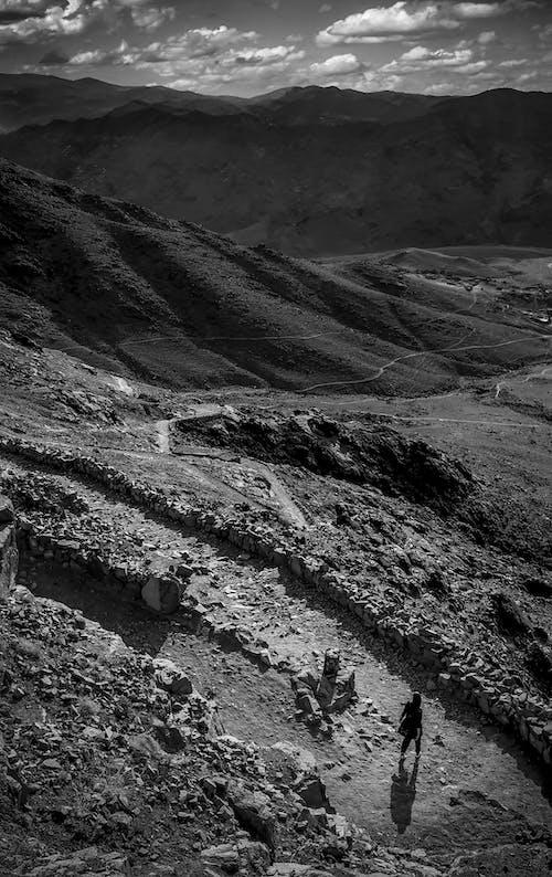 Kostenloses Stock Foto zu monochromatische, riesige berge, schwarz und weiß, wandern