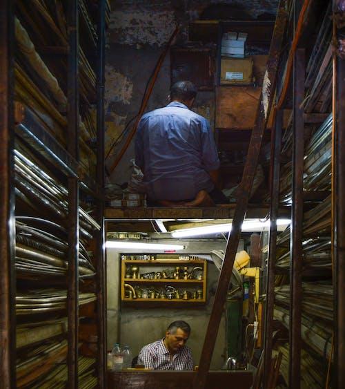 Kostenloses Stock Foto zu arbeiter, straße, werkhalle
