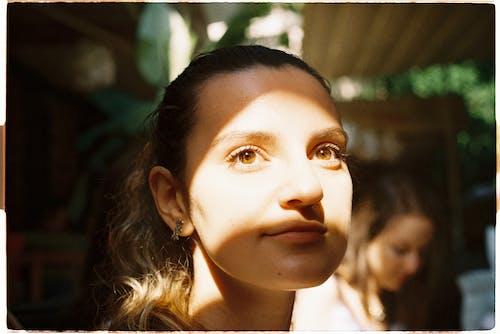 きれいな女性, スマイル, ブルネット, ほほえむの無料の写真素材