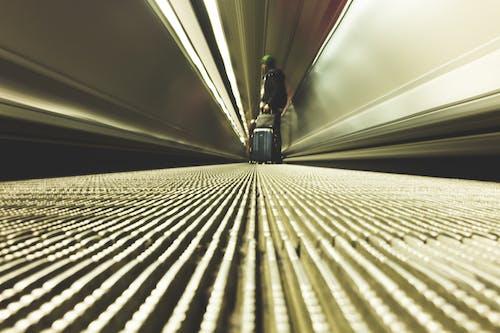 Δωρεάν στοκ φωτογραφιών με κινούμενο διάδρομο, σακούλες, ταξιδιώτη