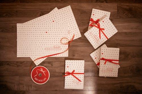 ambalaj kağıdı, armağan paketi, Aşk, bulmaca içeren Ücretsiz stok fotoğraf