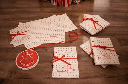 ambalaj kağıdı, armağan, armağanlar, Aşk içeren Ücretsiz stok fotoğraf