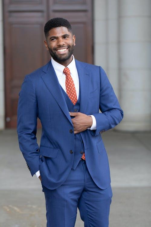 Mann In Der Blauen Anzugjacke Und In Der Blauen Anzughose