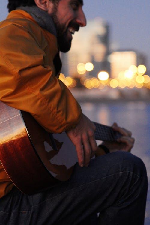 Gratis arkivbilde med gitar, gitarist, glad, mann