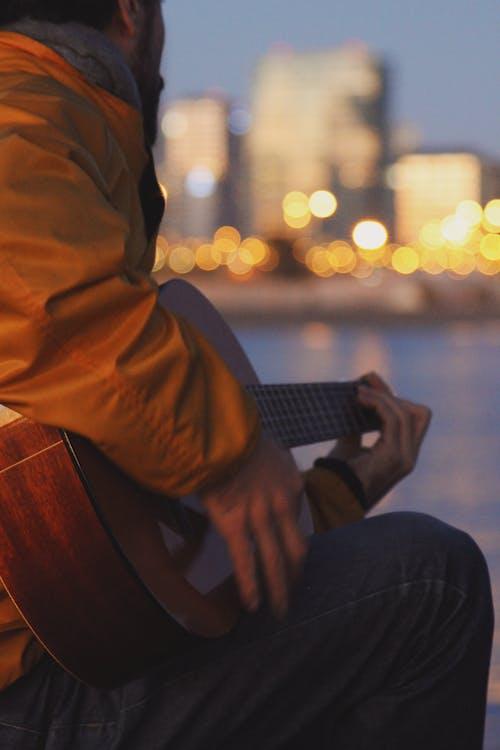Δωρεάν στοκ φωτογραφιών με ακουστική κιθάρα, άνδρας, άνθρωπος, έγχορδο