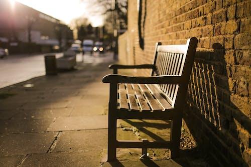 Foto profissional grátis de assento, calçada, estrada, macro