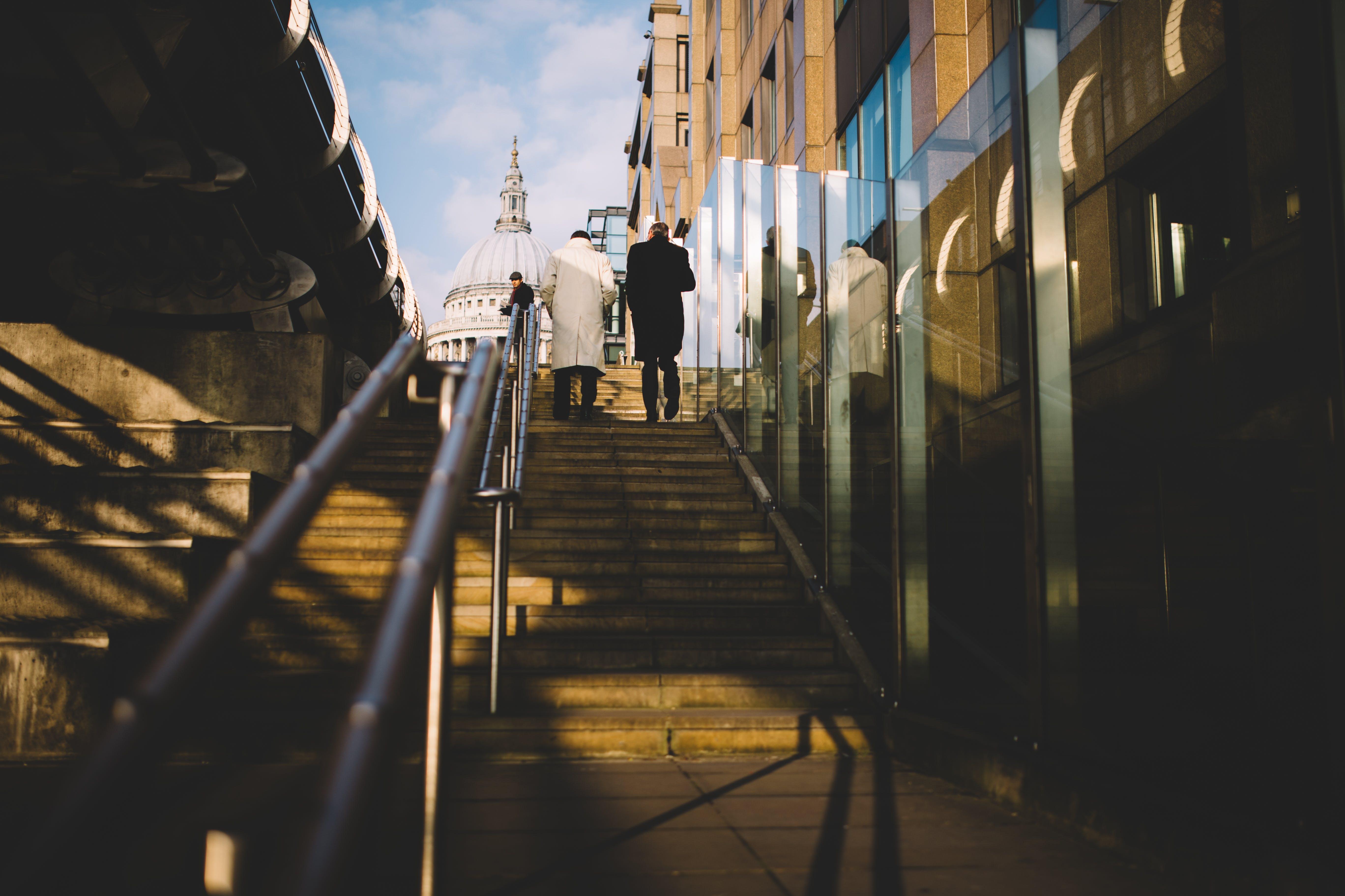 Kostenloses Stock Foto zu gebäude, geländer, menschen, stufen
