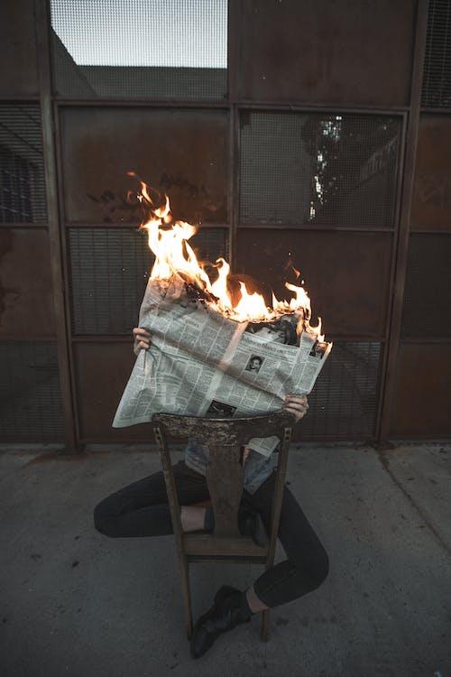 Darmowe zdjęcie z galerii z gazeta, ogień, osoba, płomień