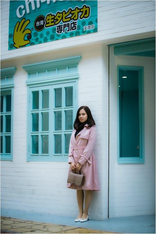 Kobieta Stojąca W Pobliżu Okna