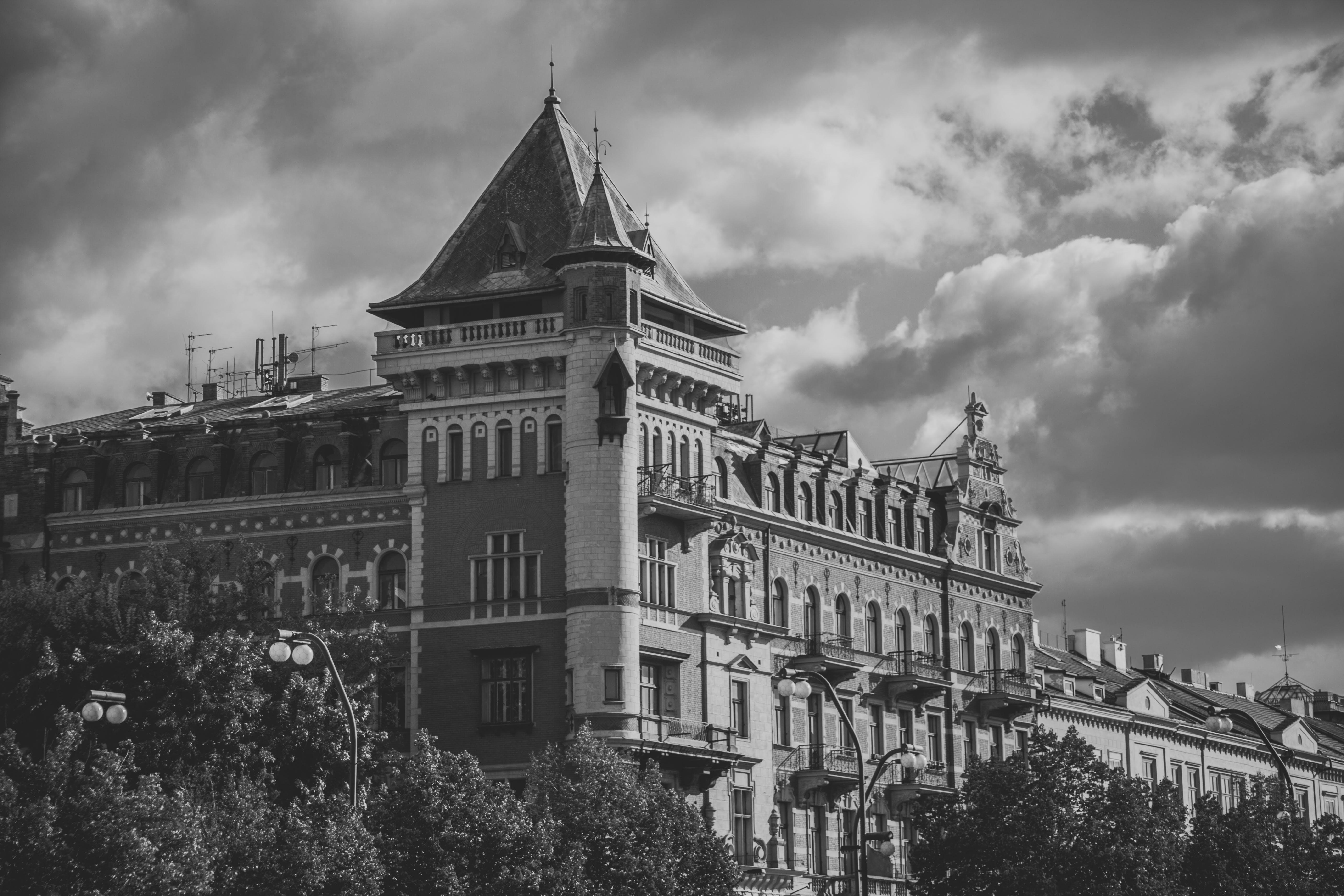 Kostenloses Stock Foto zu architektur, gebäude, schwarz und weiß, wolken