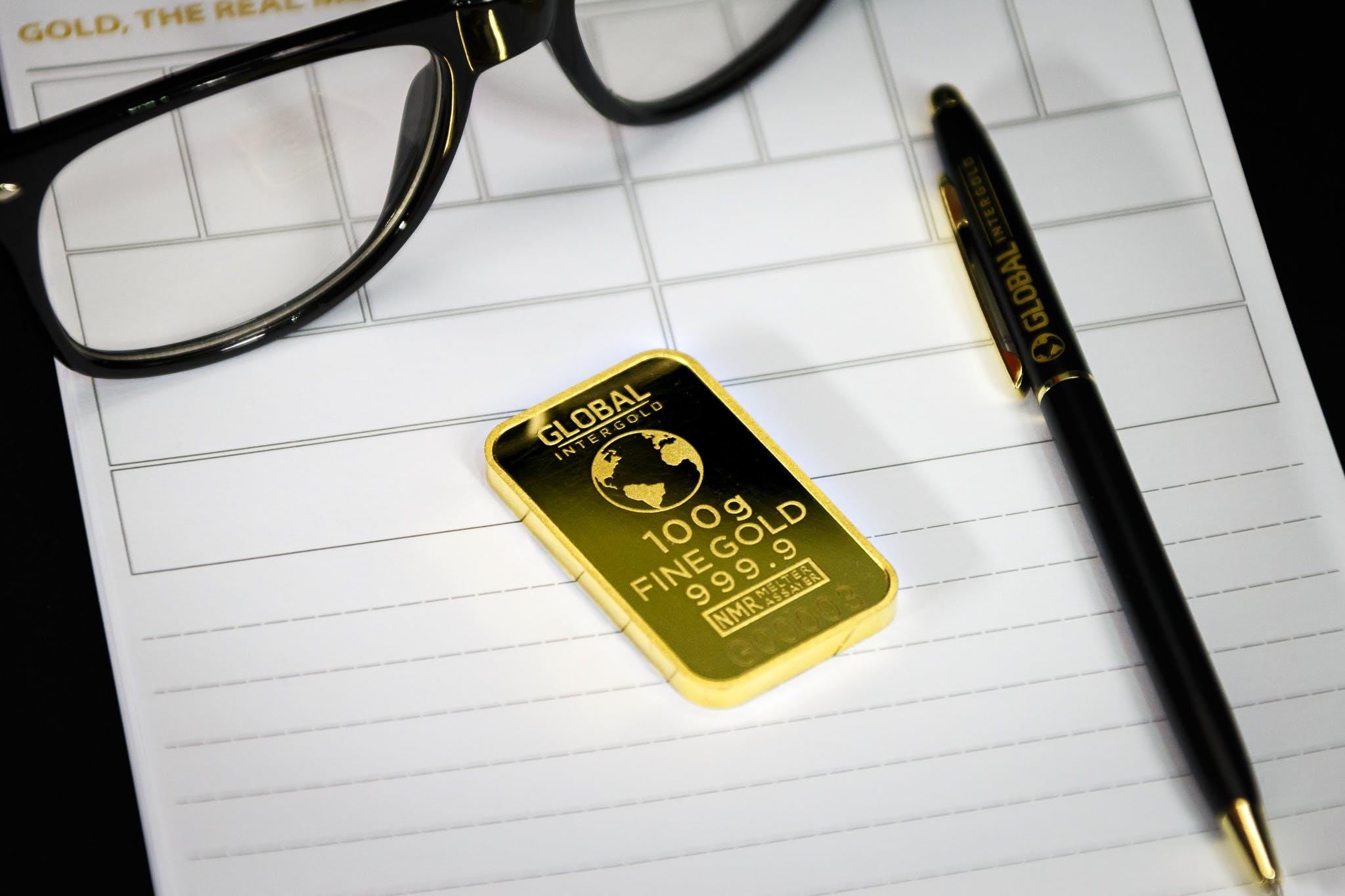 Kostenloses Stock Foto zu arbeit, brille, gold, notizbuch