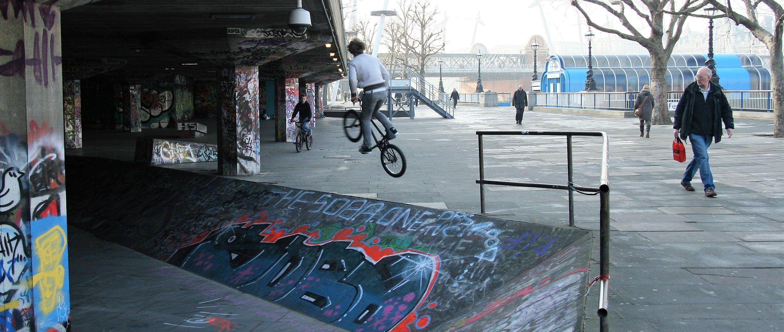 Základová fotografie zdarma na téma bmx, extrémní sport, graffiti, krajina
