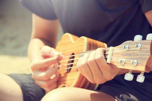 Immagine gratuita di chitarrista, giocare, legno, mani