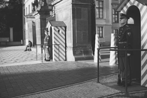 Безкоштовне стокове фото на тему «praha, Безпека, люди, монохромний»