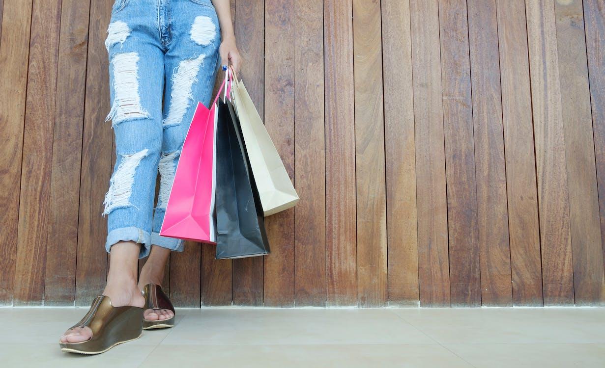 Женщина в рваных джинсах