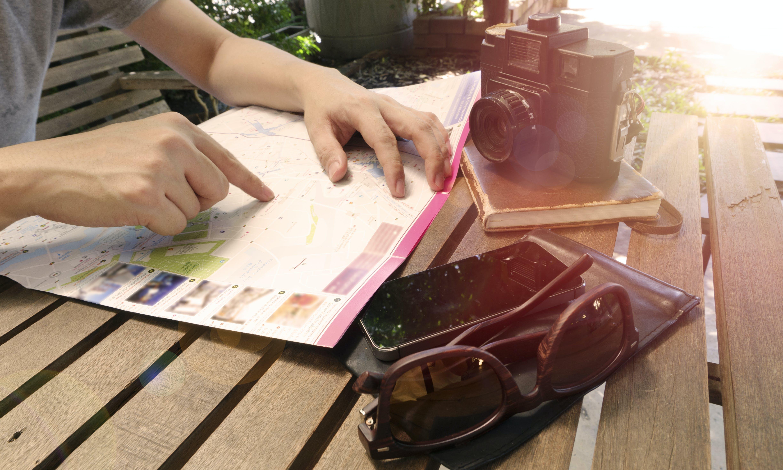 Gratis arkivbilde med benk, gjenstander, hender, kamera