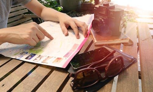 Fotobanka sbezplatnými fotkami na tému človek, drevený, fotoaparát, lavička