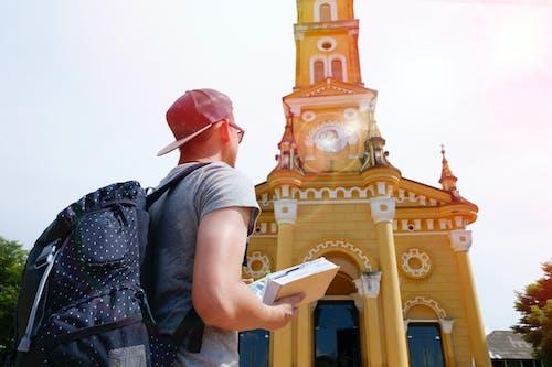 Fotobanka sbezplatnými fotkami na tému batoh, budova, chlapec, človek