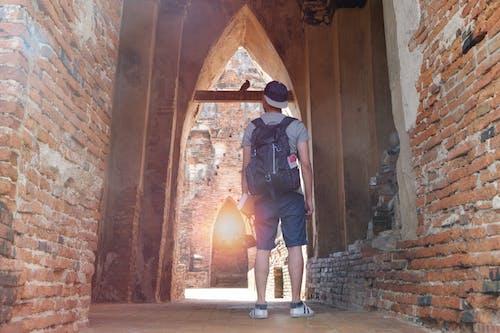 Základová fotografie zdarma na téma architektura, batoh, chlapec, cihlová stěna