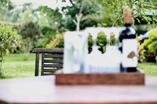 Gratis stockfoto met houten ketting met fles wijn en glazen