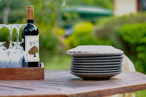 Gratis stockfoto met fles rode wijn, glazen en borden
