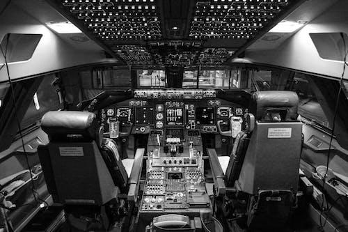 Základová fotografie zdarma na téma černobílá, dopravní systém, kokpit, komplexní