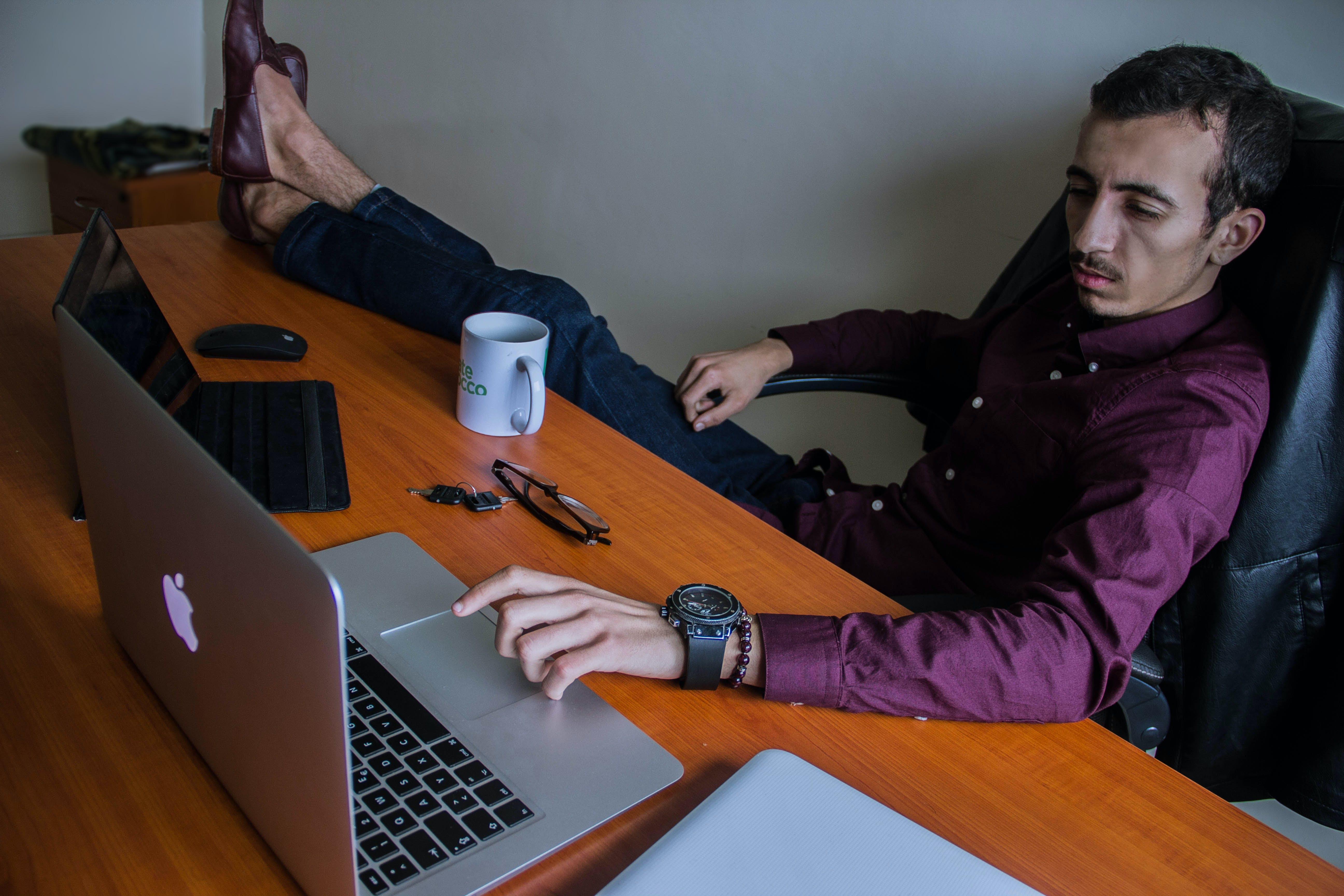 Základová fotografie zdarma na téma bing bang, kancelář, klasický muž, macbook pro