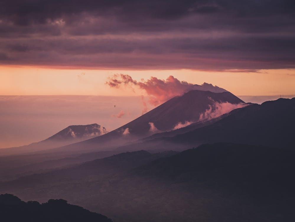 Foto De Montañas Durante El Amanecer