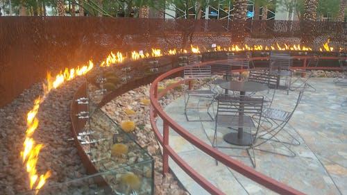 Foto profissional grátis de cadeiras, combustível, fogueira, parede de metal