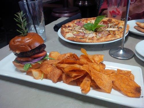 Foto profissional grátis de cheeseburger, pizza, placa, salgadinhos