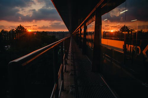 Foto Escénica Del Edificio Durante La Puesta De Sol