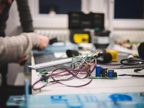 Foto d'estoc gratuïta de alta tecnologia, cables, controlador, escriptori