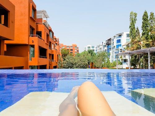 Foto profissional grátis de adulto, água, ao ar livre, ao lado da piscina