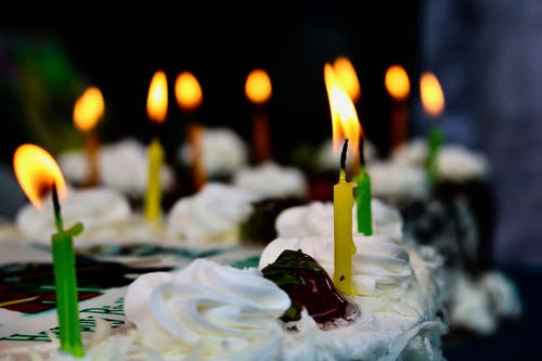 Gratis stockfoto met kaarsen, verjaardagscake