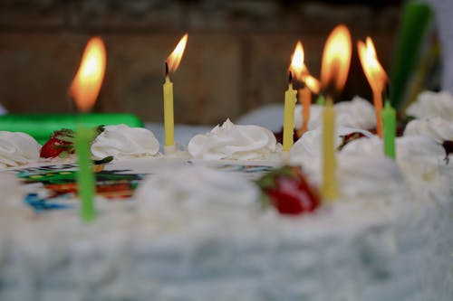 Gratis stockfoto met kaarsen verjaardagstaart