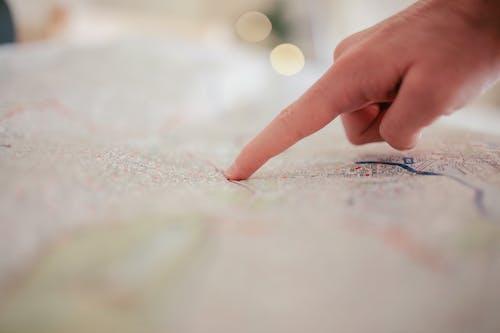 Ilmainen kuvapankkikuva tunnisteilla kartta, käsi, kuvan syvyys, osoittaminen