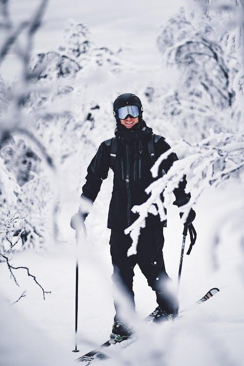 Photo D'une Personne Souriante En faisant du ski de randonnée