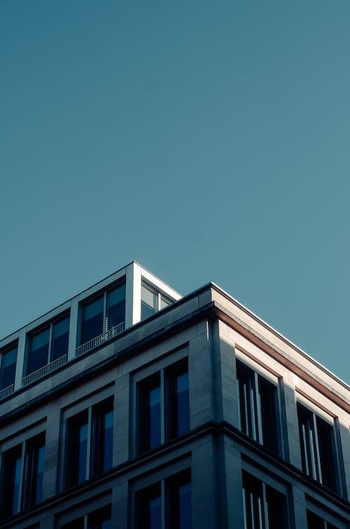 Gratis arkivbilde med arkitektonisk design, blå bakgrunn, blå himmel, bygning