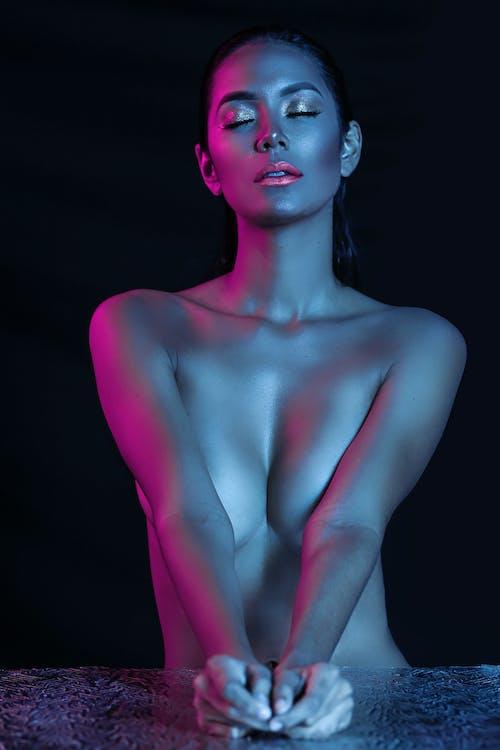 Fotobanka sbezplatnými fotkami na tému čierne pozadie, erotický, hore bez, koža