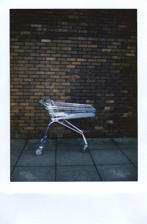 Gratis stockfoto met afbeelding, bakstenen muur, duw wagen, instant film