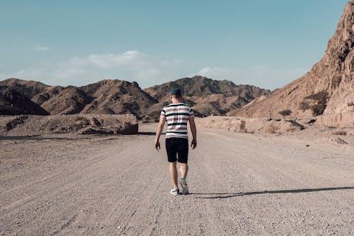 Foto profissional grátis de andando, ao ar livre, areia, árido