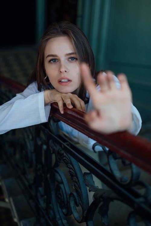 きれいな女性, セレクティブフォーカス, プリティ・ウーマン, ポージングの無料の写真素材