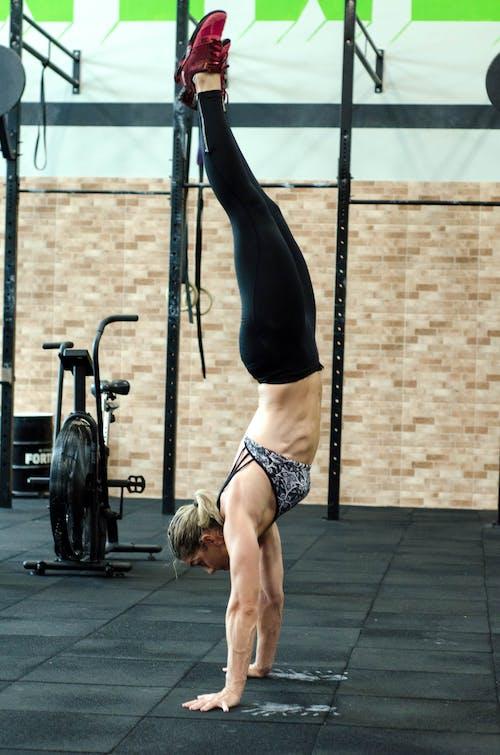 倒立, 健身, 健身房, 女人 的 免費圖庫相片